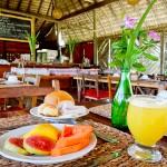 Frutas e sucos no café da manhã no restaurante