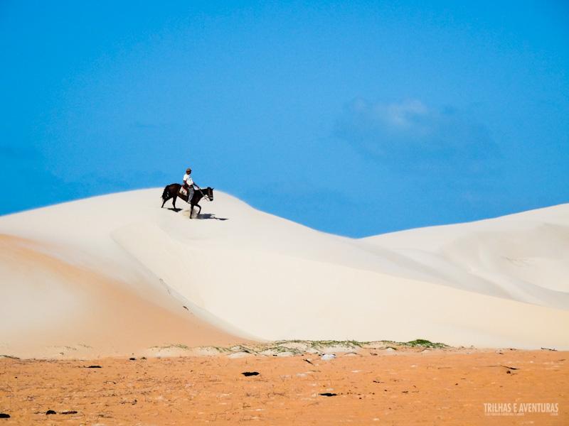 O contraste das cores das areias e o céu azul em Tatajuba