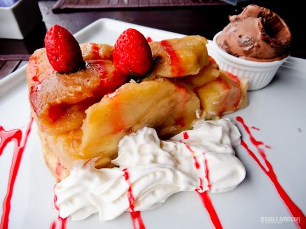 Torta de maçã com sorvete de chocolate