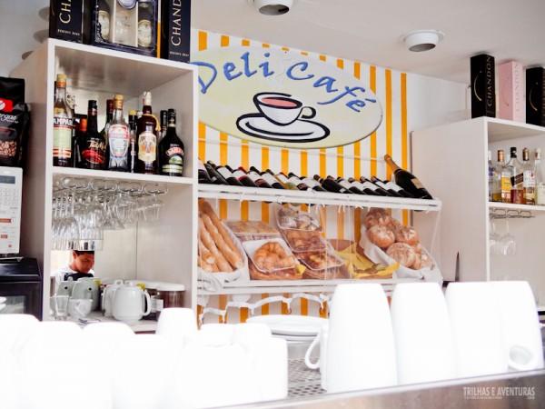 No Deli Café você também encontra pães e vinhos