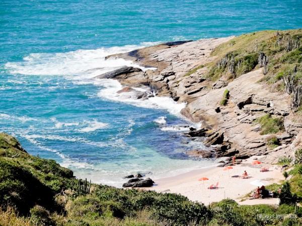 A praia Olho de Boi impressiona por sua beleza selvagem nas encostas de Búzios