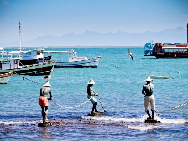 """Obra de Arte """"Os três pescadores"""" na Orla Bardot, em Búzios"""