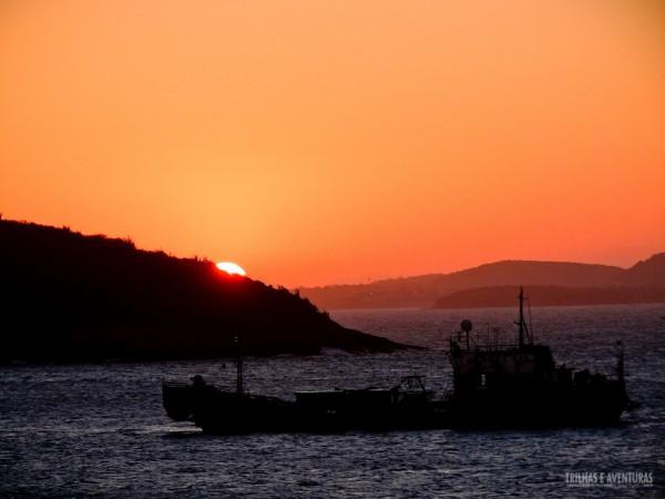 Pôr-do-sol visto da Pousada Byblos por trás dos morros de Búzios