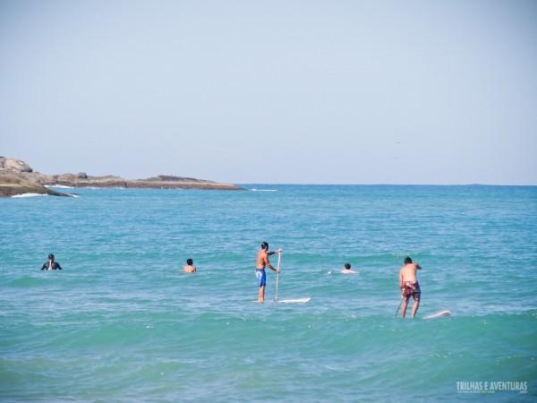Praticantes de SUP e surf na Praia de Geribá, em Búzios