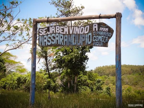 Placa de entrada para a Praia de Nudismo Massarandupió, na Bahia