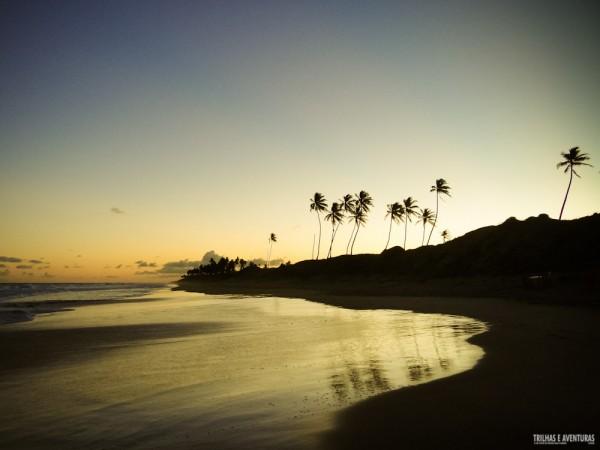 Fim de tarde espelhado na Praia de Nudismo de Massarandupió