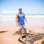 Ainda de roupa, na Praia de Nudismo de Massarandupió, vestindo Kayland