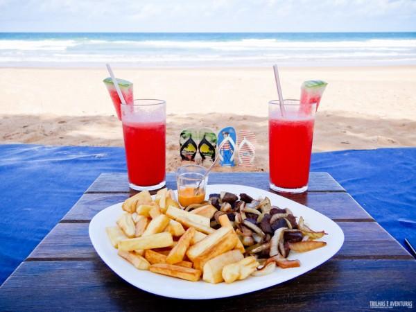 Carne de sol com aipim frito e suco de melancia com vista pro mar