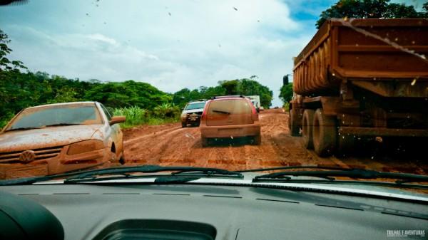 Carros e caminhões atolados na estrada