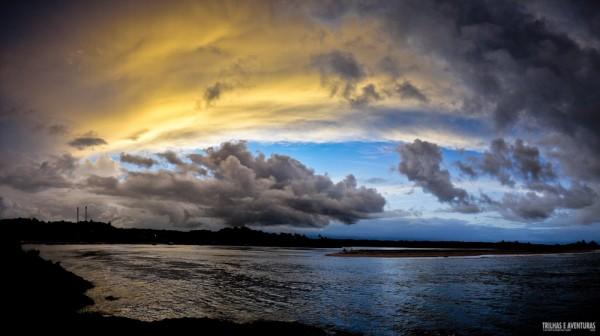Momento quando as nuvens começaram a mudar de cor