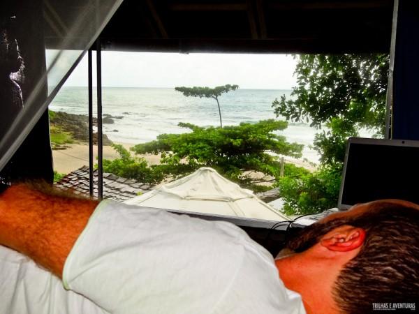 Ficamos no quarto Acácia, onde era possível ver o mar deitado na cama na Pousada Tãnara
