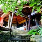 Escadas de acesso aos quartos superiores da Pousada Tãnara