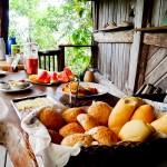 Mesa do café da manhã na Pousada Tãnara