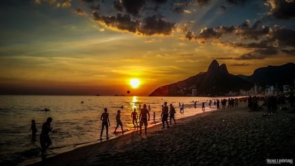 Pôr-do-sol visto da Praia de Ipanema