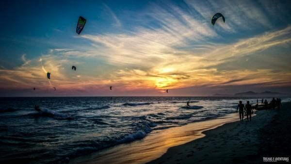 Pôr-do-sol com os Kitesurfs na Praia do Pepê, na Barra da Tijuca