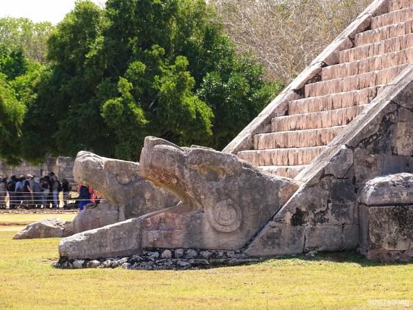 As serpentes da Pirâmide de Kukulcán em Chichén Itza