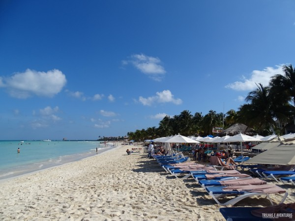Espreguiçadeiras com guarda-sol em Playa Norte, Isla Mujeres