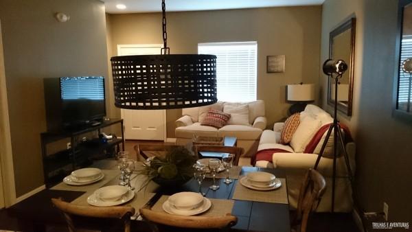Sala super confortável com mesa de jantar