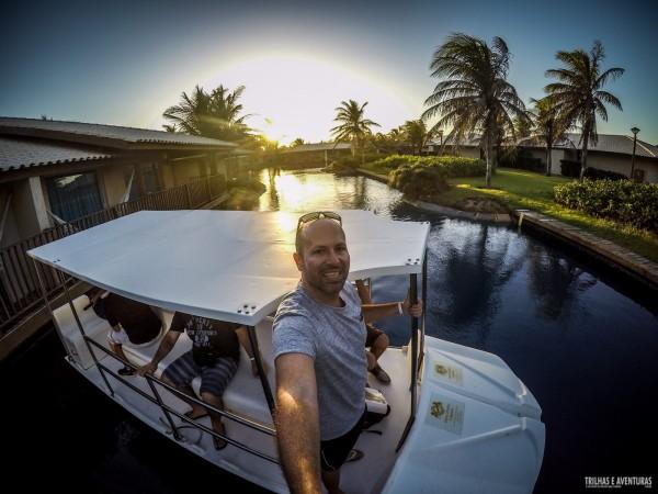 Passeando de barco na lagoa do resort para ver o pôr-do-sol