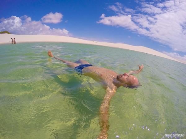 Relaxando na incrível Lagoa Azul dos Lençóis Maranhenses