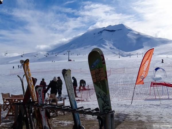 A base da estação de esqui possui restaurantes