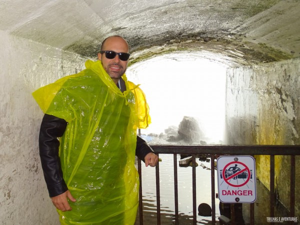 No túnel que leva embaixo de Niagara Falls