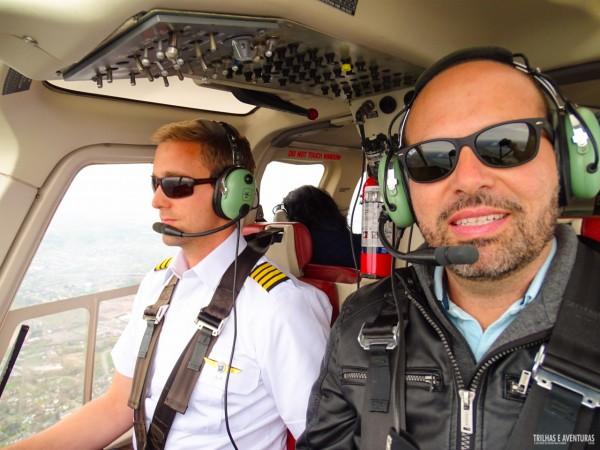 Fui de co-piloto em um helicóptero super moderno para sobrevoar as Niagara Falls