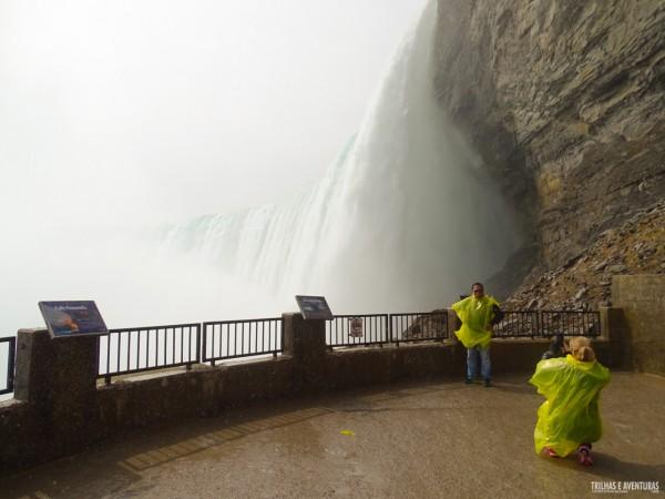 Tem que se molhar pra ver as Niagara Falls de pertinho!