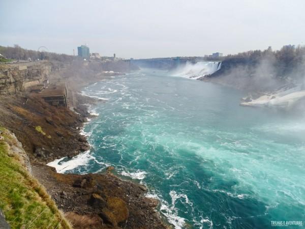 Vista de Niagara Falls das passarelas superiores