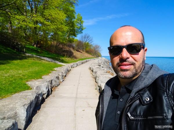 Caminhando nas margens do Lago Ontario em Niagara-On-The-Lake