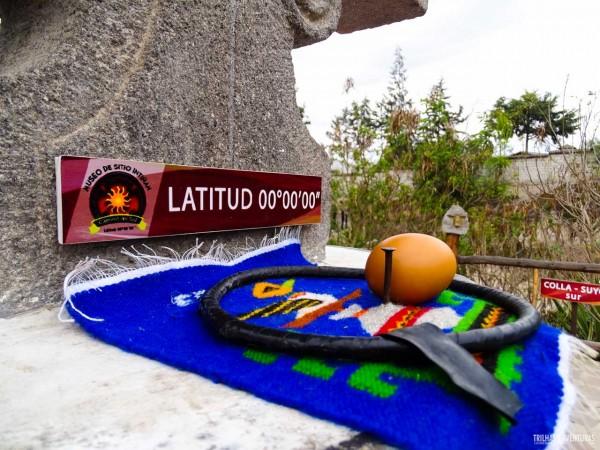 É fácil equilibrar o ovo no prego no Sitio Intiñan, em Quito