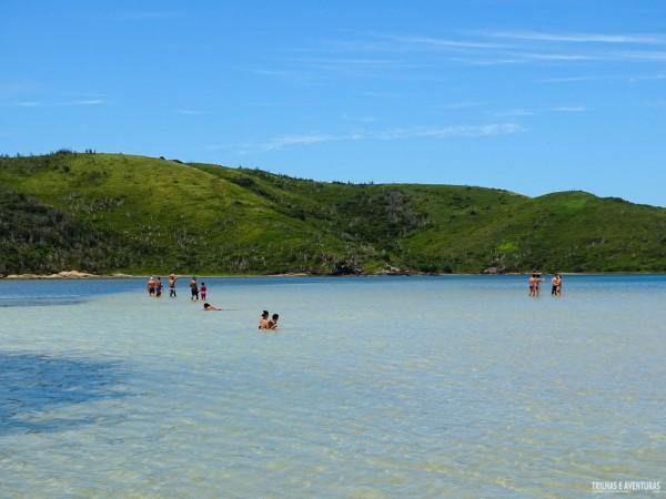 Águas rasas e calmas na Ilha do Japonês, em Cabo Frio