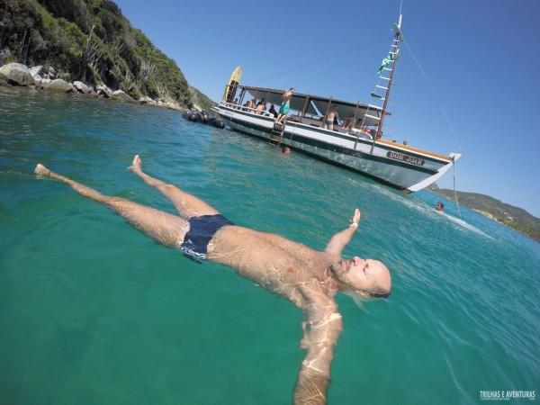Relaxando na Praia do Forno, durante o passeio de barco em Arraial do Cabo