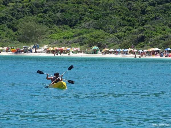 Passeio de caiaque na Praia do Forno, em Arraial do Cabo