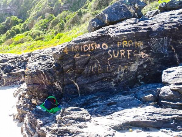 A pedra que separa as praias e define as áreas de surf e nudismo na Praia Brava