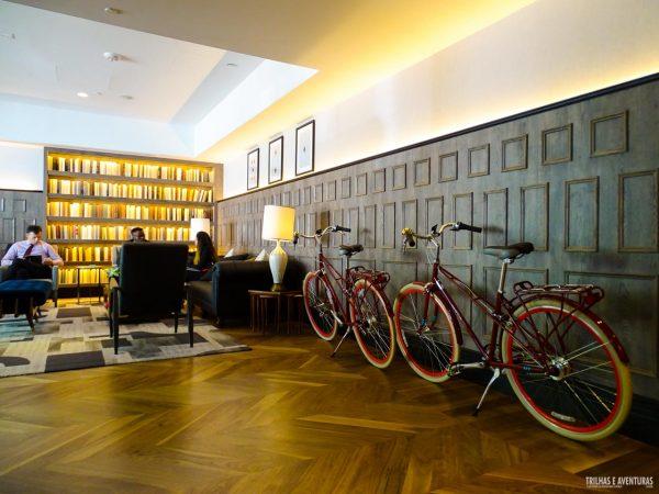 Bikes a disposição dos hóspedes no lobby do Kimpton Mason and Rook Hotel