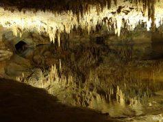 Repare no reflexo perfeito do lago nas Cavernas de Luray