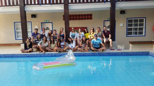 Blogueiros reunidos na piscina da Pousada da Prainha, em Arraial do Cabo