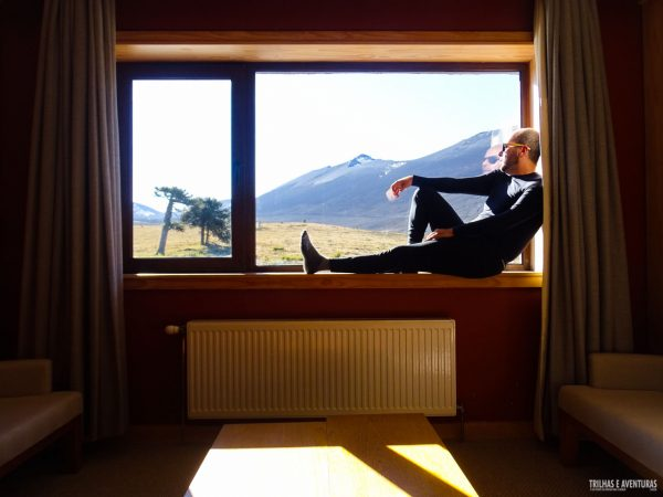 Apreciando a vista pela janela do quarto em Corralco