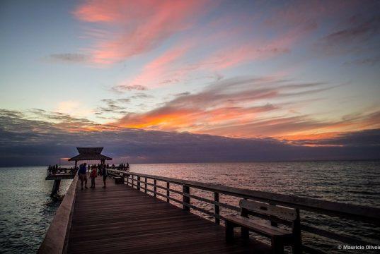 Pôr-do-sol em Naples Pier