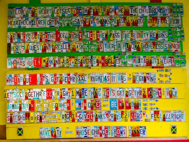 Letra de música do Bob Marley feitos com placas de carros