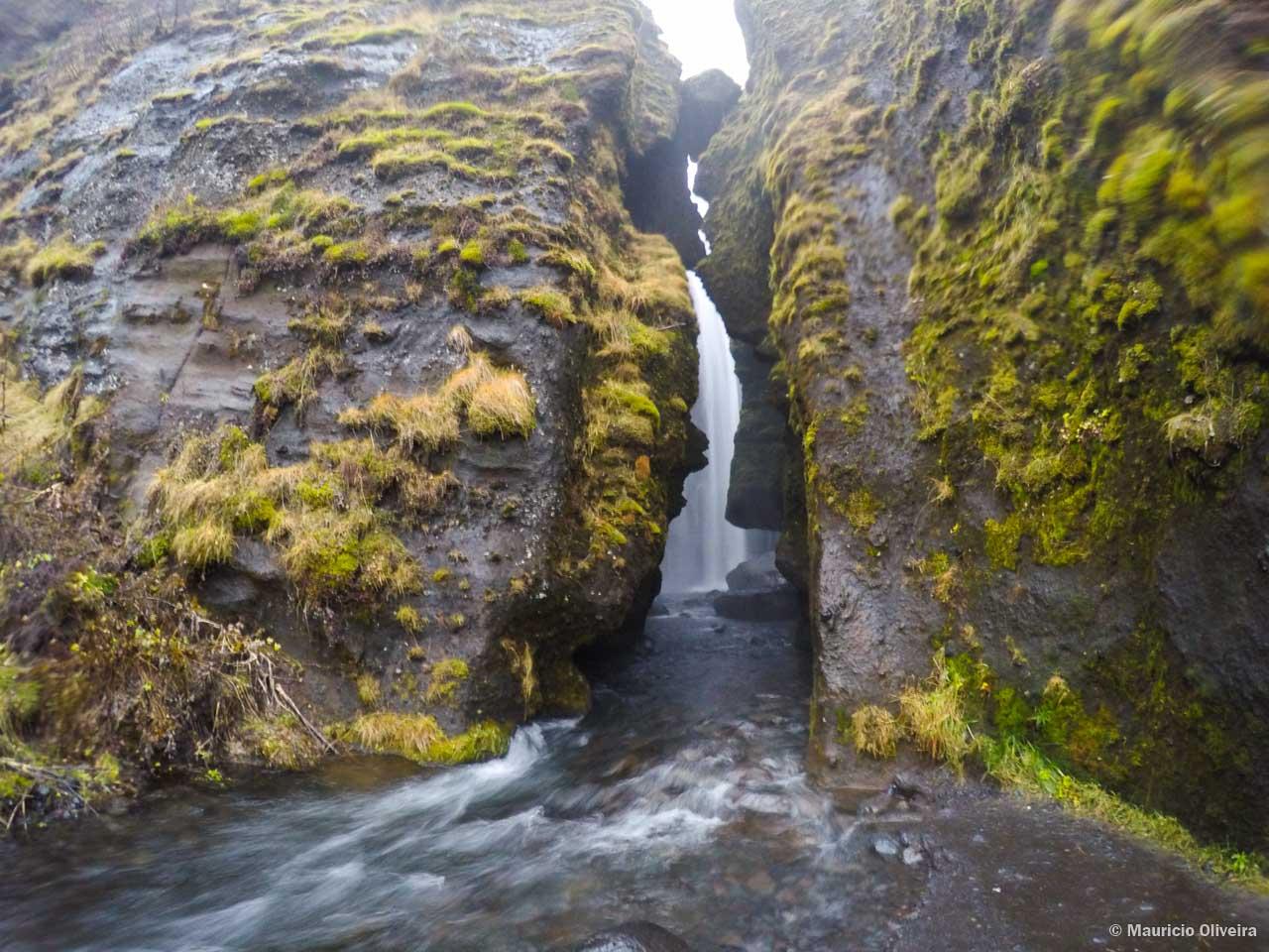Gljúfrafoss é uma cachoeira secreta ao lado de Seljalandsfoss e ninguém conhece