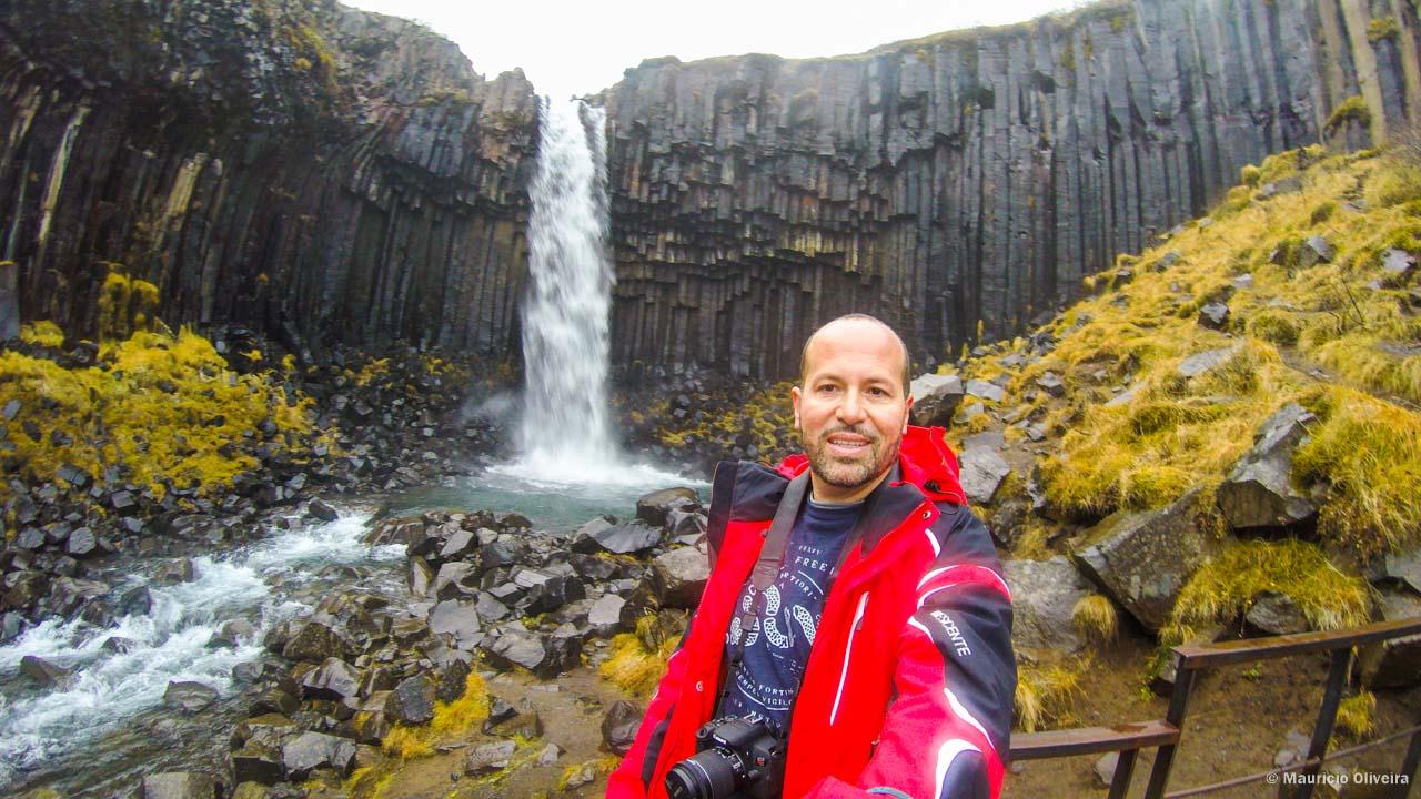Feliz em conhecer Svartifoss, uma das Cachoeiras mais lindas da Islândia