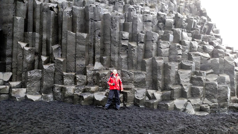 Colunas de basalto da caverna em Reynisfjara Black Sand Beach