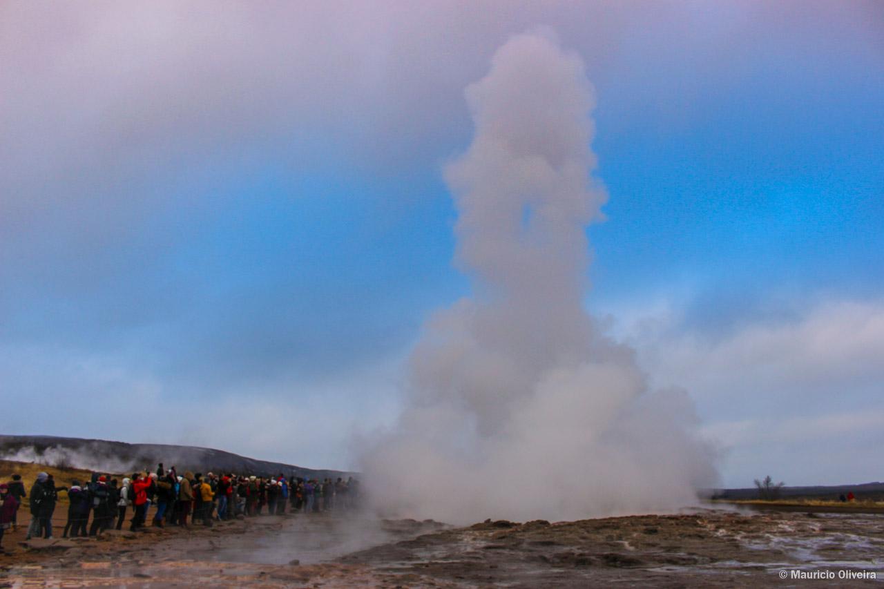 Geysir fazendo a festa dos turistas que o visitam no Golden Circle