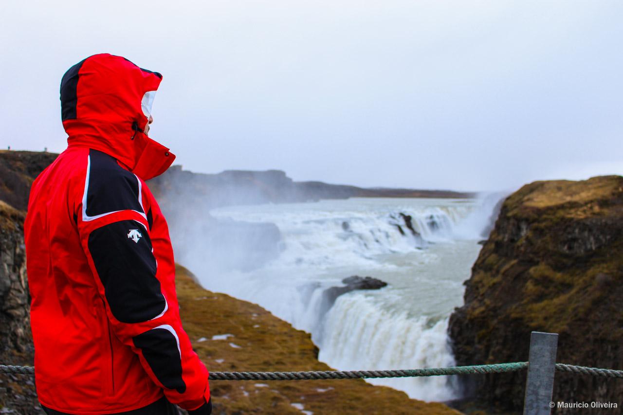 Apreciando Gullfoss, uma das atrações do Golden Circle na Islândia