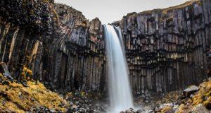 A Cachoeira Svartifoss fica no Parque Nacional de Skaftafell