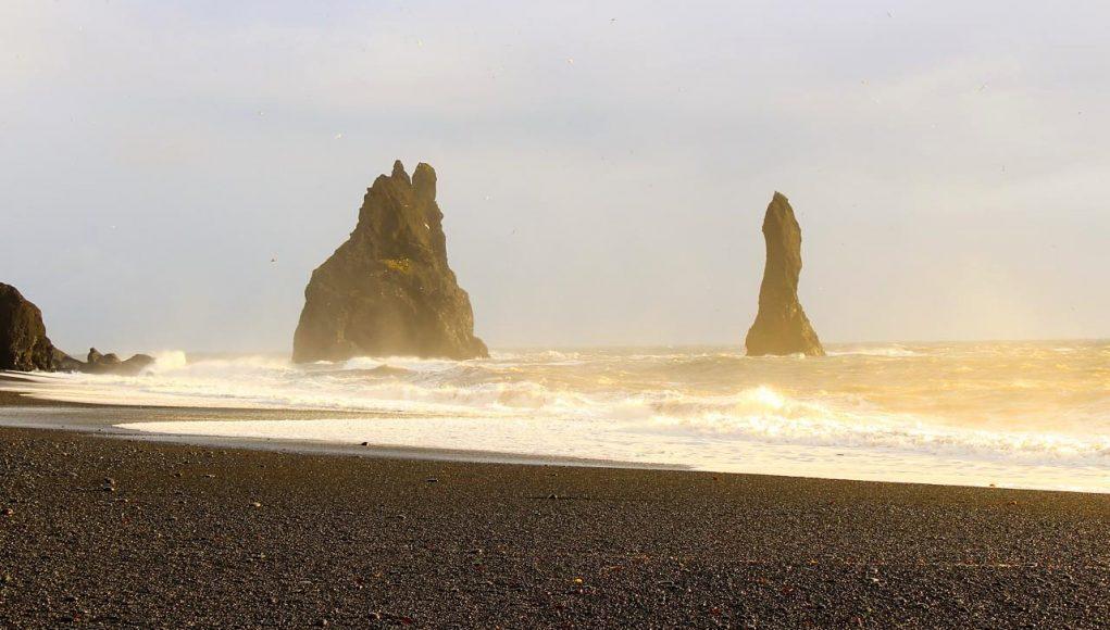 Reynisfjara e seus colossos da praia de areia preta da Islândia