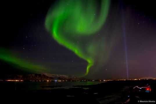 Aurora Boreal dançando no céu de Reykjavík, na Islândia