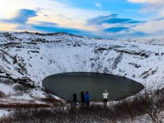 O lago na cratera do Vulcão Kerid na Islândia